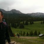 JL au foyer de ski de fond avec au loin le col de l'Ovine et la Pointe de la Balme recouverte de neige ...