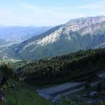 Céline à la montée avec au fond les sommets au dessus du Fer à Cheval