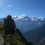 Sandrine dans la montée vers les châlets de Platé, face au Mont Blanc