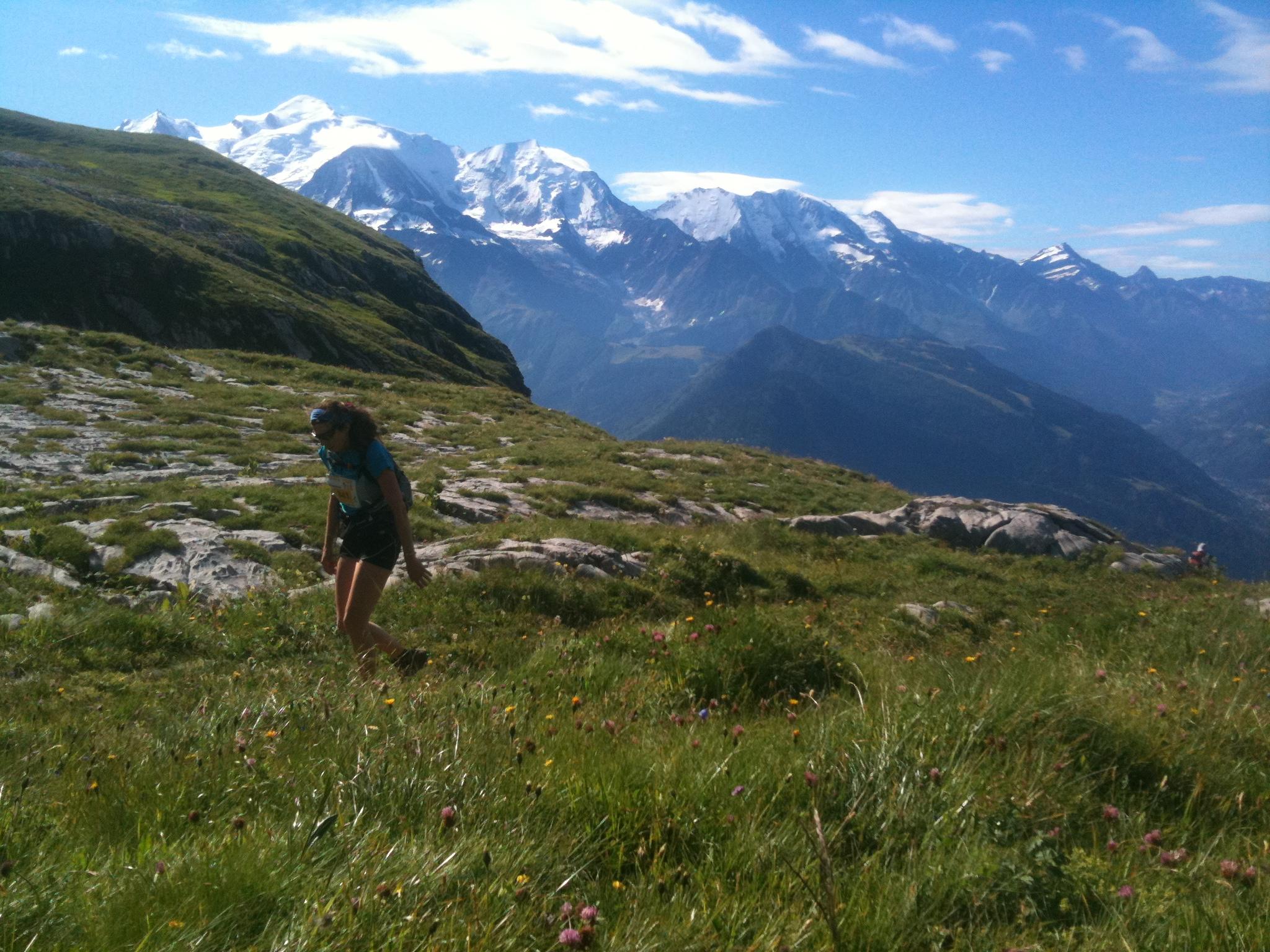 Sandrine arrive sur le Désert de Platé, avec le Mont Blanc toujours en toile de fond