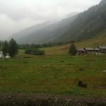le début du Val Ferret, aux châlets de Meyenzet, pied de la montée vers le refuge Bertone