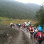 une file indienne de trailers en chemin vers le refuge Bertone